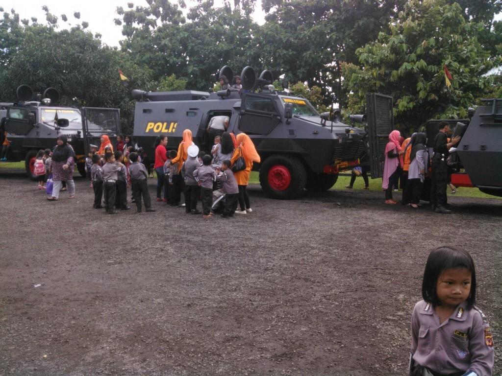 Foto: Sejumlah murid TK/RA/PAUD peserta Polsanak antusias menaiki kendaraan taktis Baracuda milik Sat II Pelopor Brimob. Dok. Humas Polsek Bogor Selatan.