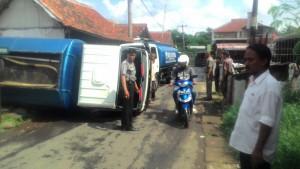 Foto: Sebuah truk tanki air mineral terguling setelah terperosok lubang galian bekas septiktank di Kp. Pilar 2 RT 01/02 Kel. Bubulak Bogor Barat kamis (18/2/2016). Dok. Humas Polsek Bogor Barat.