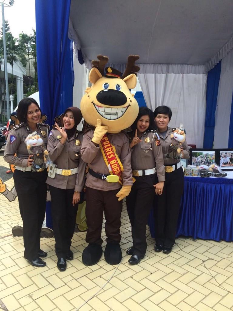 Polwan Polres Bogor Kota dan Si POBO kampanye tertib berlalu lintas di Bogor Expo 2016. Dok. Humas Polres Bogor Kota.