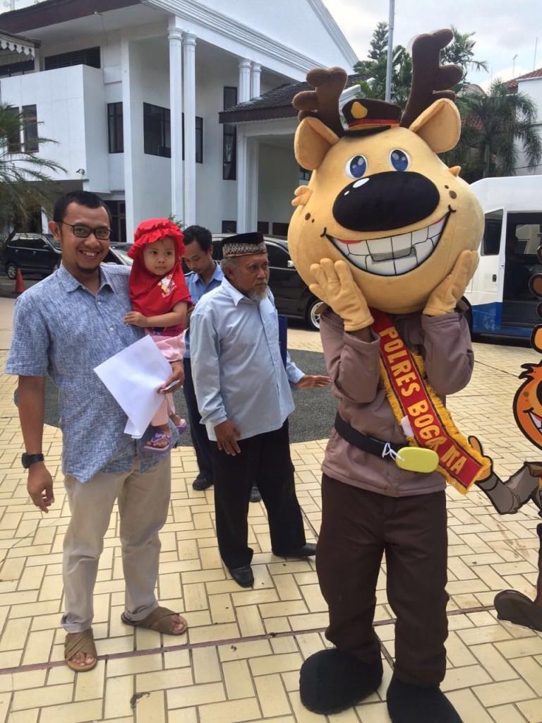 Si POBO Maskot Polres Bogor Kota berikan himbauan tertib berlalu lintas kepada pengunjung Bogor Expo 2016. Dok. Humas Polres Bogor Kota.