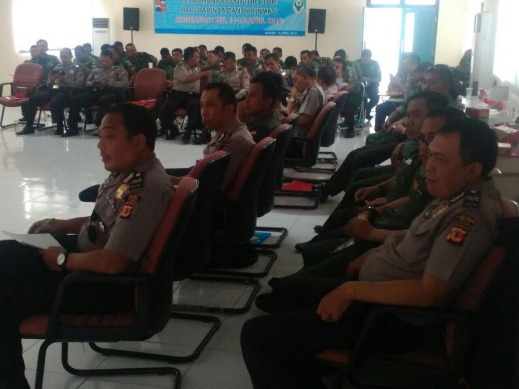 Bhabinkamtibmas jajaran Polres Bogor Kota dan Babinsa TNI-AD mengikuti pelatihan Sanitasi Total Berbasis Masyarakat yang digelar Dinkes Kota Bogor. Dok. Humas Polsek Tanah Sareal