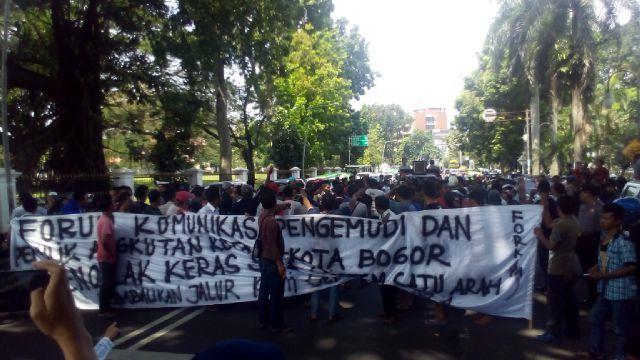 Polres Bogor Kota Angkut Penumpang Terlantar Dengan Truk Polisi ... 3c7314f2b311a