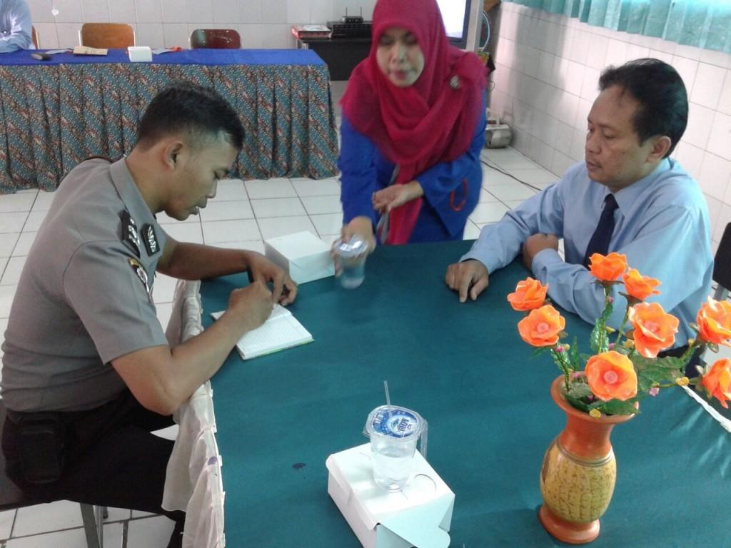 Aiptu DedI lakukan pengecekan jumlah siswa SMP Bina Insani yang mengikuti UN tingkat SMP tahun 2016. Dok. Humas Polsek Tanah Sareal.