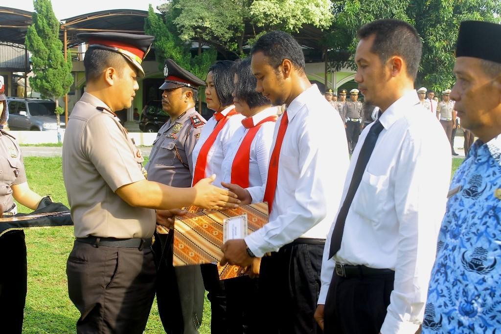 88a90006 Kapolres Berikan Penghargaan Kepada 7 Anggota & Pns Polres Bogor ...