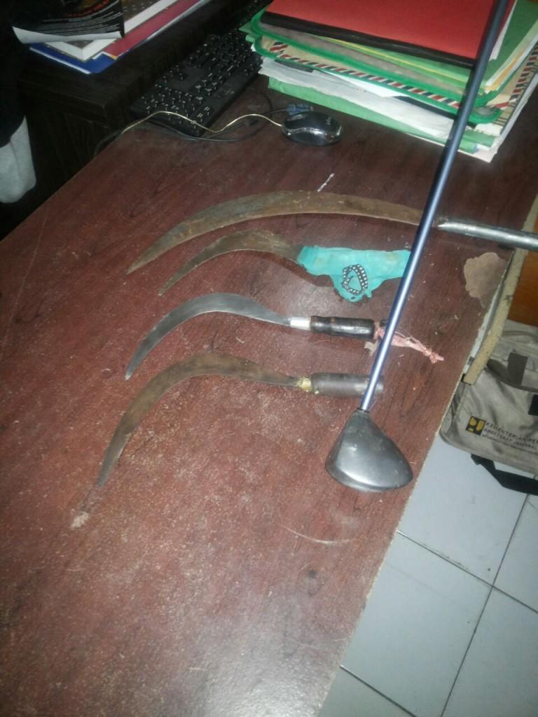 Sejumlah barang bukti berupa 4 bilah Clurit dan 1 buah Stick Golf yang disita petugas dari tangan 5 orang pemuda yang jalani proses penyidikan. Dok. Humas Polres Bogor Kota.